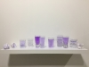 Mes pensées noyées, 2018, encre violette, 15 verres d'eau, dimensions variables, série d'oeuvres uniques. Exposition à Bienvenue Paris 2018, Cité des Arts, Paris, France