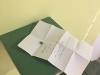 Petit poids, 2018, petits pois en céramique, carreau, note pliée écrite, diapositives, livre, dimensions variables, série de pièces uniques