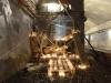 Radeau échoué, 2015, installation secrète réalisée dans le métro parisien sans autorisation, bois, laine, bougies, couvertures de survie, dimensions variables