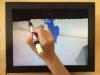 Drawing, 2015, moniteur LCD équipé d'un player DivX 14'', pupitre d'écolier, 60 x 40 x 76 cm, pièce unique