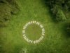 Rien à ajouter, 2019, texte en béton blanc, 10 m diamètre, pièces uniques. Hortillonnages d'Amiens pour le Festival Art et Jardins Hauts de France, France. Photo © Yann Monel