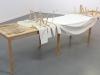 Il est connu celui là, 2019, installation, tables en sapin découpés, couteaux en sapins et toile de coton préparée, 300 x 90 x 80 cm, pièces uniques. Produit avec le soutien de l'Angle: Espace d'art contemporain du Pays Rochois, France