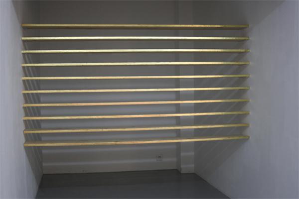 Fairy shelves 2010, installation, bois, feuille d'or, dimensions variables, pièce unique.