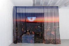 Anthea Hamilton, Untitled (NY curtain), 2011, impression numérique sur voile, 207 x 330 cm, courtesy Ibid Projects, London