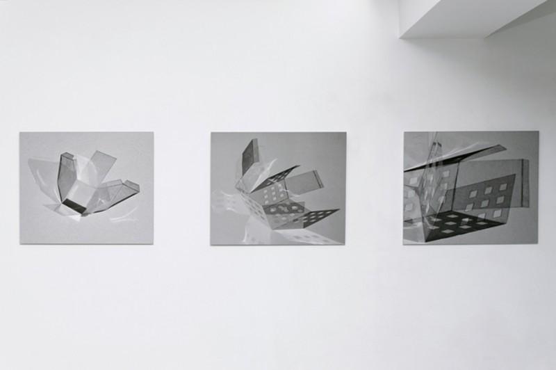 Mode d'emplois, 2013, série de 3 photographies contre-collées sur Dibond, 59,8 x 49,4 cm chacune, pièces uniques, photo © Aurélien Mole