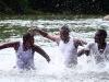 Atrato - Des riverains récupèrent leurs traditions et font du fleuve un instrument, une « violence accoutumée », qui se transforme en musique, 2014, vidéo HD, 16 : 9, couleur, son, 13'52'', édition de 5 + 2 EA, version française et anglaise. Collection CNAP, France