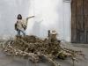 La Balsa Muïsca - Cinq familles de fermiers construisent un radeau doré, 2011, sculpture éphémère, plantes de maïs, porteur en bambou, 370 x 200 cm